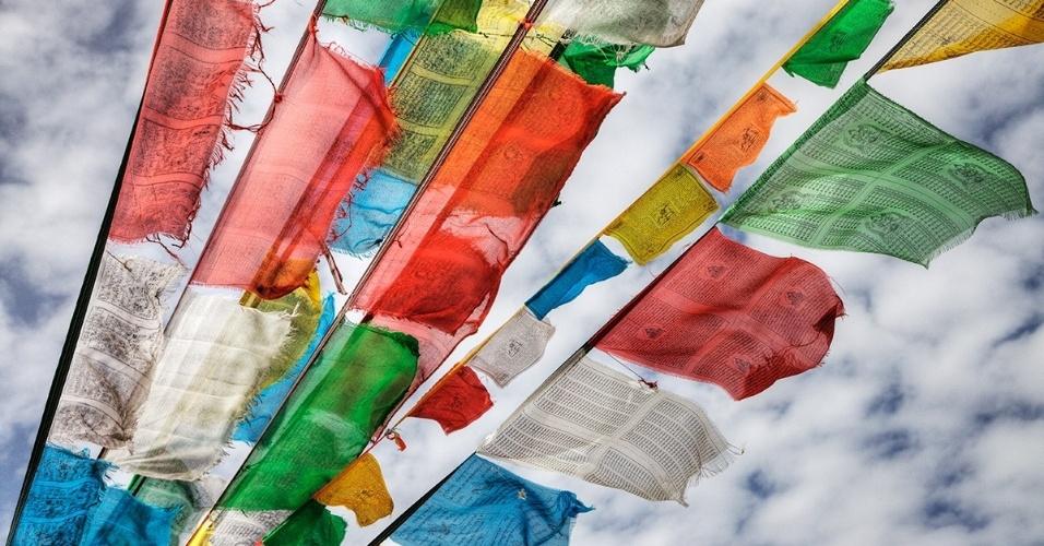 Bandeirolas com orações no Vale Yarlung, no Tibete. Geralmente vistas no alto dos Himalaias, acredita-se que as bandeirolas trazem bençãos e proteção