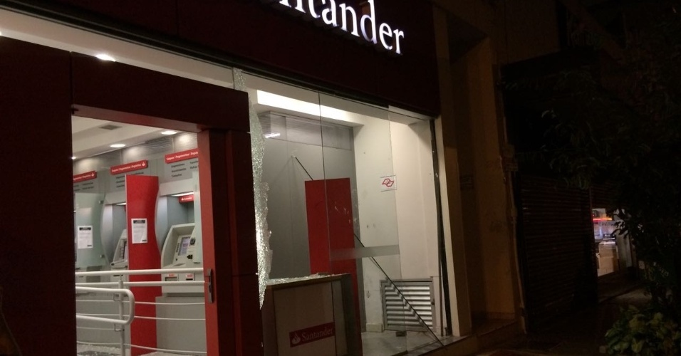 Agência do banco Santander na rua Colômbia foi depredada por black blocks após o fim da manifestação, que teve tom pacífico
