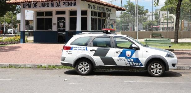 Carro da PM estacionado em frente a destacamento no bairro Jardim Penha, em Vitória