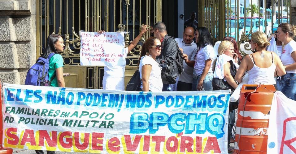 10.fev.2017 - Parentes de policiais militares tentam impedir saída de PMs do 1º Batalhão de Polícia de Choque, no centro do Rio de Janeiro. As mulheres tentam evitar que os agentes saiam com o uniformes na mochila para realizar a troca de turno fora do batalhão