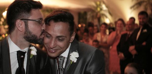 O prefeito reeleito de Lins, Edgar de Souza (PSDB) (à esq.), casou-se com o empresário Alexsandro Luciano Trindade