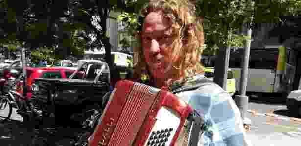 O música de rua Fred Michael Tkotz, 46, levou o acordeão para faturar na fila da Caixa - Marcela Lemos/UOL