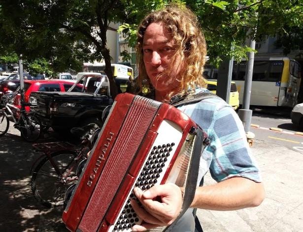 O música de rua Fred Michael Tkotz, 46, levou o acordeão para faturar na fila da Caixa