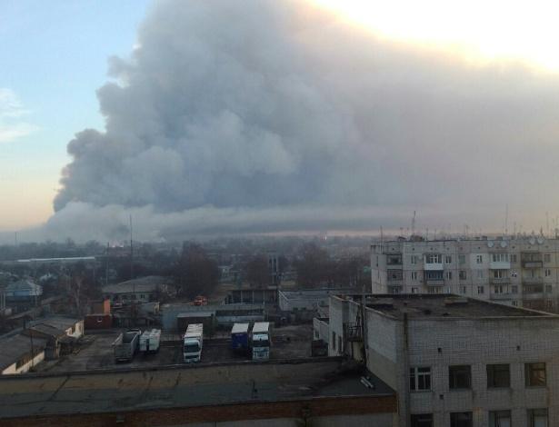 Fumaça da explosão em depósito na cidade de Balakleya