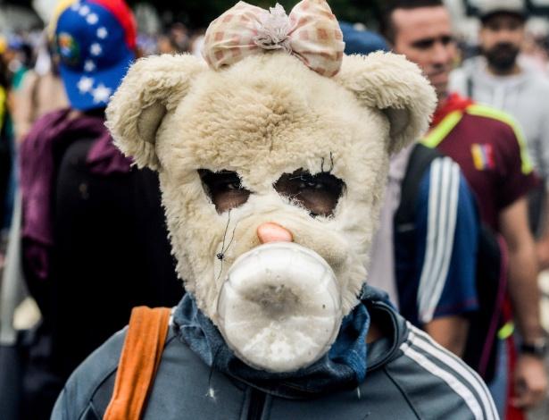 13.abr.2017 - Manifestante usa máscara durante protesto contra o governo de Nicolás Maduro, em Caracas