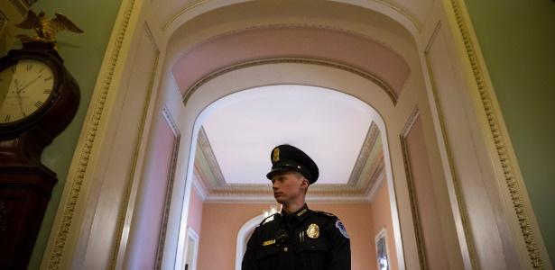 Policial em Capitol Hill, em Washington, EUA