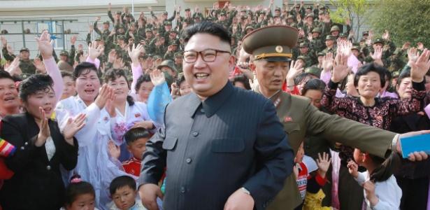 O ditador norte-coreano Kim Jong-un (de óculos)