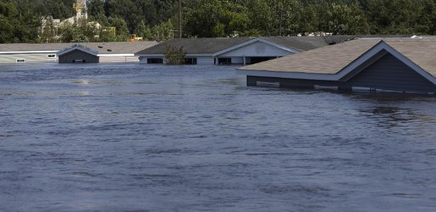 Casas ficaram encobertas pela água após a passagem do furacão Harvey