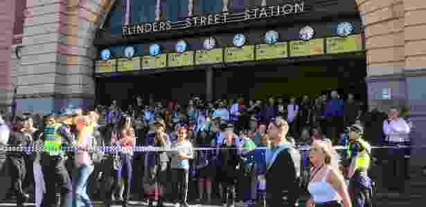 21.dez.2017 - Polícia australiana isola área em frente à estação de trem Flinders Street, no centro de Melbourne, onde um motorista atropelou ao menos 13 pessoas nesta quinta-feira - Melanie Burton/Reuters - Melanie Burton/Reuters