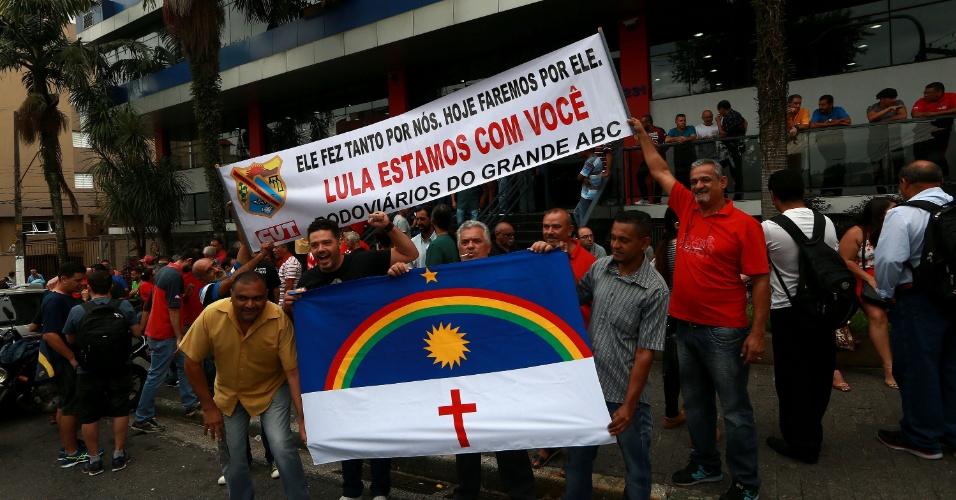 Movimento de apoiadores de Luiz Inácio Lula da Silva em frente ao Sindicato dos Metalúrgicos de São Bernardo do Campo, no ABCD Paulista, onde o ex-presidente acompanha o julgamento do recurso de segunda instância no TRF4, em Porto Alegre