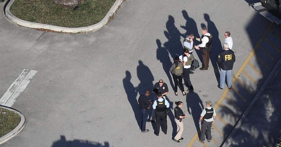14.fev.2018 - Policiais trabalham ao lado de fora do colégio Marjory Stoneman Douglas, onde tiroteio deixou mortos e feridos