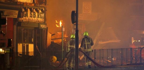 Equipe de emergência após a explosão em Leicester, centro da Inglaterra, que provocou incêndio em uma casa