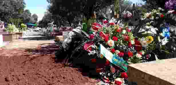 Elton foi enterrado no Cemitério Municipal de Pirassununga, sua cidade natal - Mirthyani Bezerra/UOL
