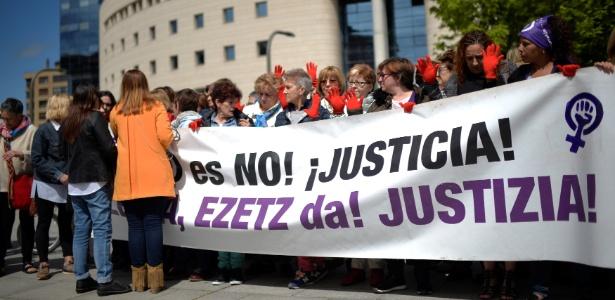 """Manifestantes exibem faixa diante da Corte de Navarra com a frase """"Não é Não! Justiça"""" durante o veredicto de cinco acusados de estupro coletivo --eles foram condenadois por abuso sexual, que não envolve o uso de violência segundo a lei espanhola - Vincent West/Reuters"""