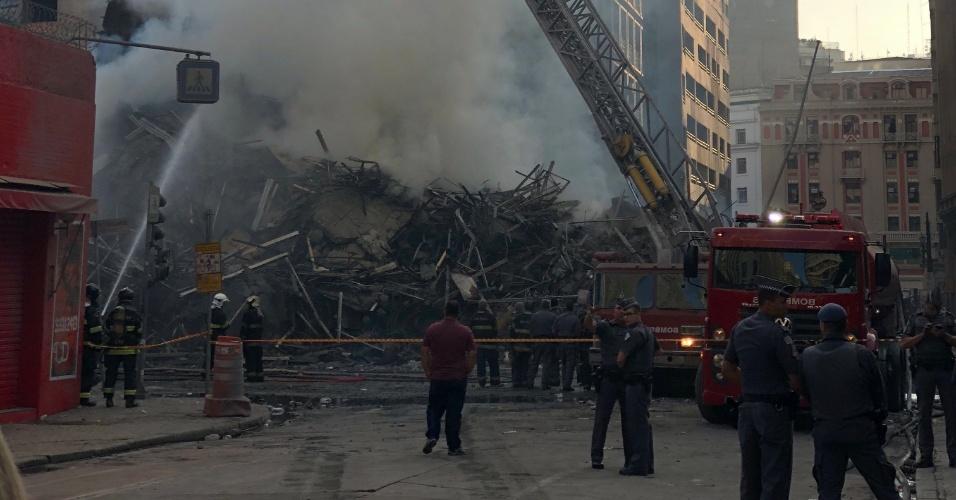 1º.mai.2018 - O local era uma ocupação irregular, e moradores afirmam que o fogo começou por volta da 1h30 no 5º andar. Bombeiros trabalham no local em busca de vítimas