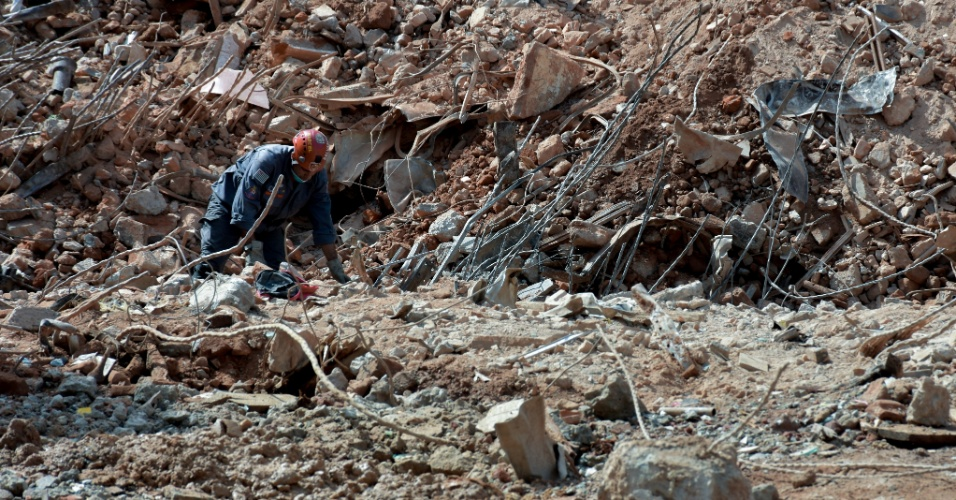 9.mai.2018 - Bombeiro trabalha a procura de vítimas na região do subsolo no local onde prédio desabou no dia 1º de maio, no centro de São Paulo