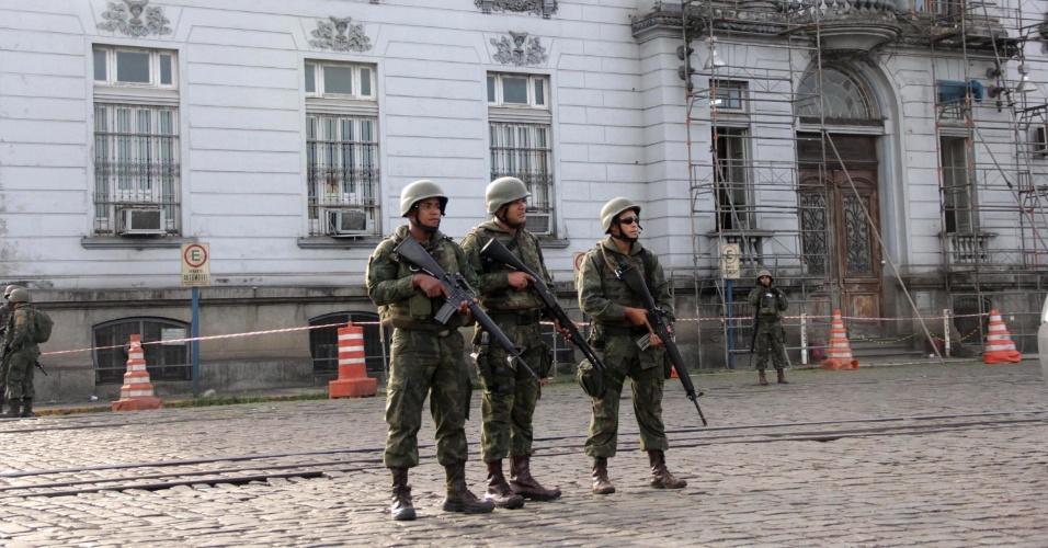 31.mai.2018 - Exército faz guarda no Porto de Santos para garantir a saída de caminhões que estavam dentro do terminal. Caminhoneiros permaneceram em greve no local