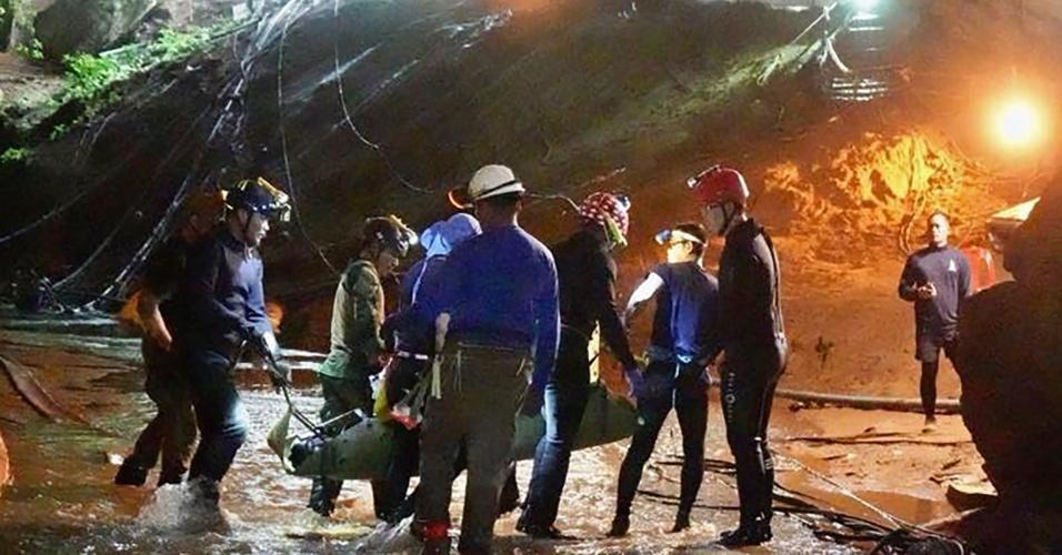 11.jul.2018 - Vídeo mostra imagens do resgate de um dos meninos que passou 18 dias em uma caverna na Tailândia; eles foram transportados aparentemente sedados