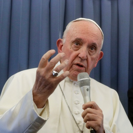 Papa Francisco fala sobre pais e filhos gays, durante viagem de volta da Irlanda, onde esteve no fim de semana - Gregorio Borgia/AFP
