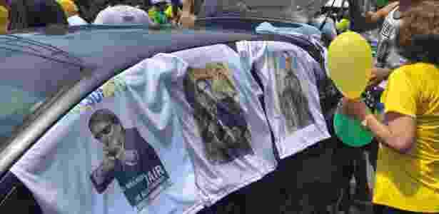 23.set.2018 - Camisetas em apoio a Jair Bolsonaro (PSL) durante ato a favor do presidenciável na Praia de Boa Viagem, no Recife (PE) - Luciana Amaral/UOL - Luciana Amaral/UOL