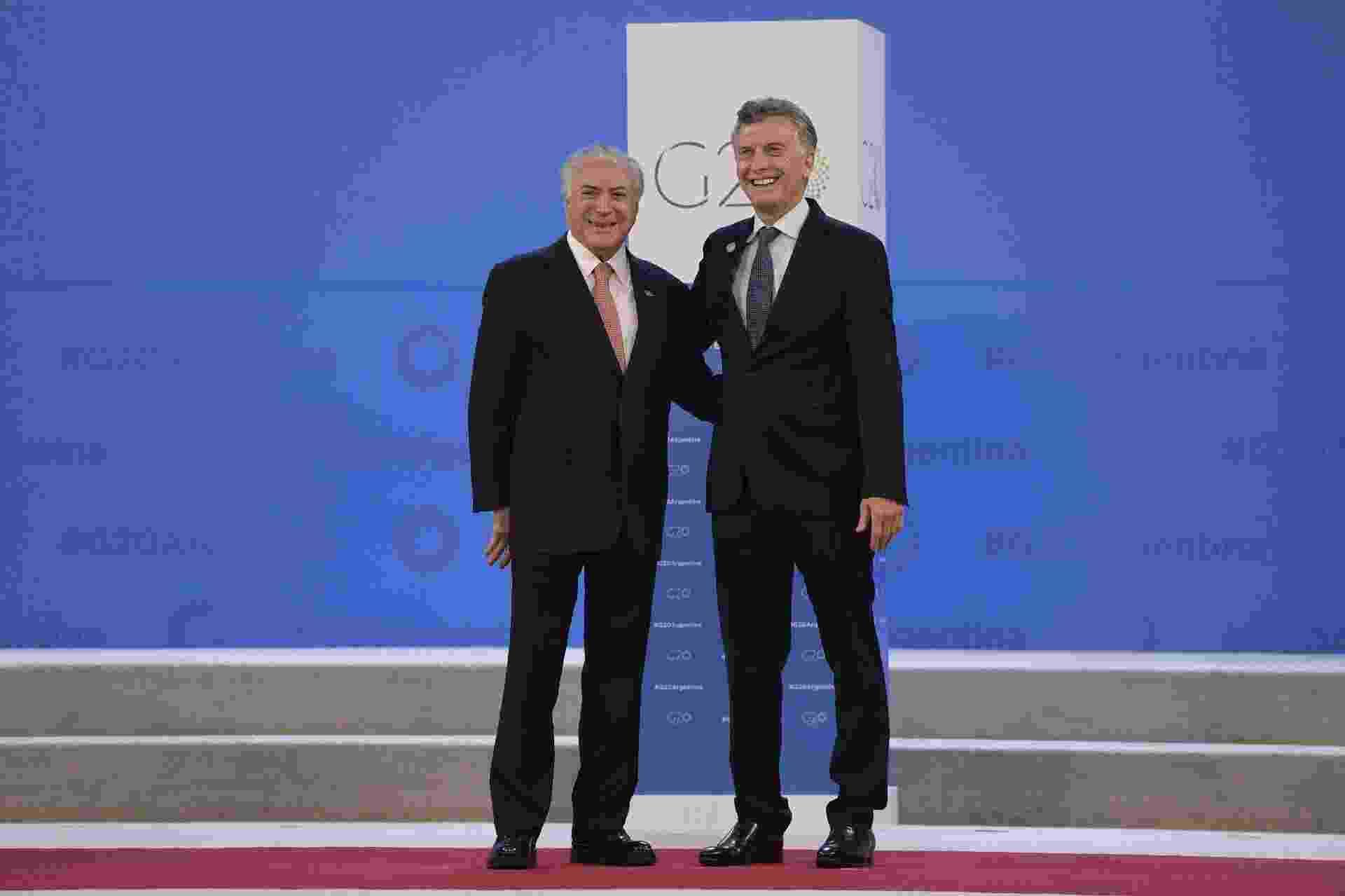 Michel Temer (esq.) é recepcionado pelo presidente Argentino, Mauricio Macri, na abertura da cúpula do G20, em Buenos Aires - Juan Mabromata/AFP