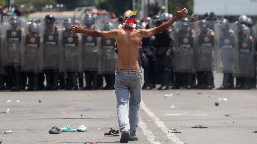 A polícia venezuelana impediu os carregamentos de ajuda humanitária de cruzar a Ponte Internacional Simón Bolívar - EPA