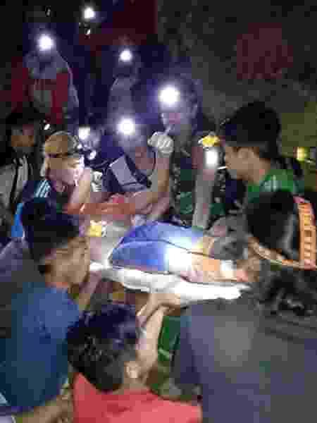 Vítima de desabamento é socorrida - Reuters