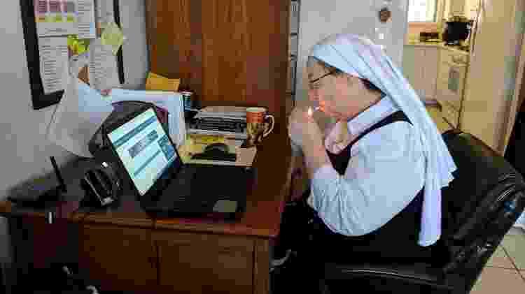 Irmã Sierra fuma maconha enquanto trabalha no atendimento a consumidores online - Fernanda Ezabella/UOL