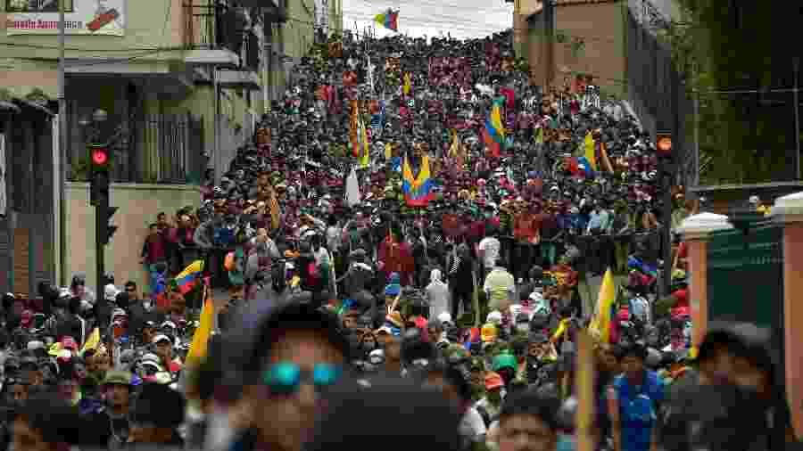 9.out.2019 - Manifestantes marcham pelas rua de Quito contra o governo do presidente Lenin Moreno. Sindicatos trabalhistas, grupos de produtores rurais e de indígenas lotaram as ruas da capital do Equador - Rodrigo Buendia/AFP