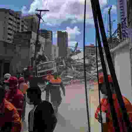 Prédio residencial desaba em Fortaleza - Daniel Herculano/UOL