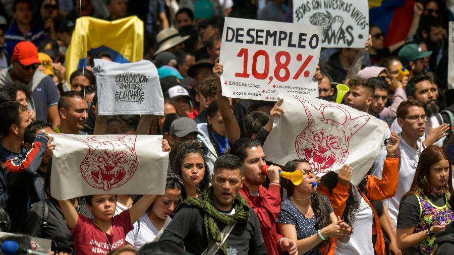 Manifestantes se mobiliza contra o governo do presidente Iván Duque - Raul ARBOLEDA / AFP