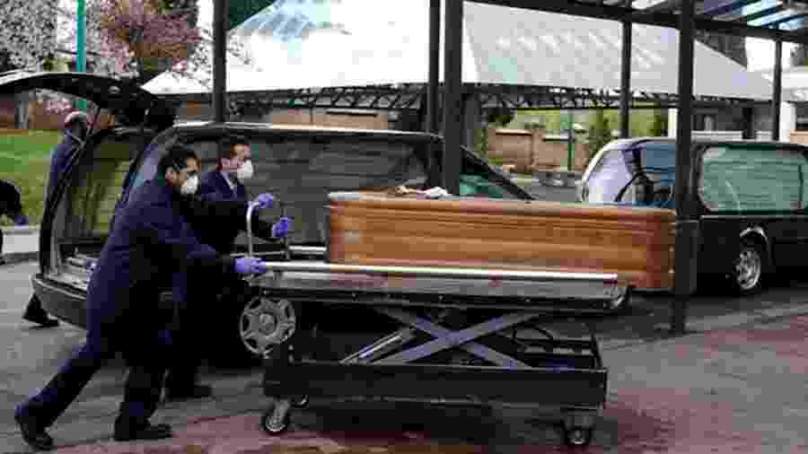 Corpo de pessoa morta pela covid-19 na Espanha; em asilo, idosos foram encontrados abandonados - Reuters