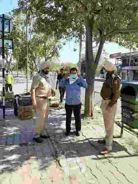 Polícia da cidade de Chandigarh tem distribuído máscaras aos cidadãos - Reprodução/Twitter Chandigarh Police