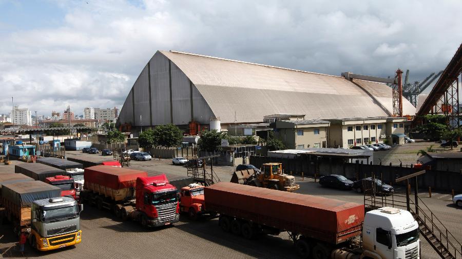 Caminhões aguardam para descarregar no Porto de Santos (SP) - Paulo Whitaker