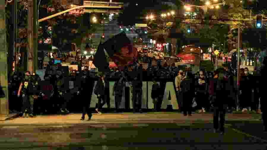 Manifestantes antifascistas marcham em Curitiba - GERALDO BUBNIAK/AGB/ESTADÃO CONTEÚDO