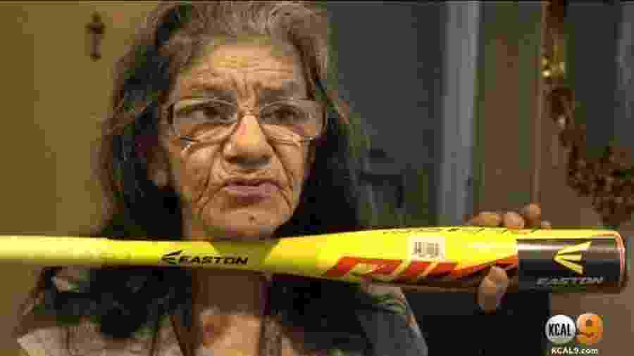 Lorenza Marrujo, de 67 anos, usou jiu-jitsu para se proteger de um invasor, que tentou entrar em seu apartamento na Califórnia, EUA  - Reprodução/CBS Los Angeles