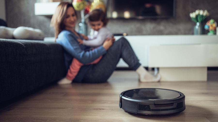 O aspirador robô ajuda a manter a limpeza, mas é preciso escolher bem qual produto sua casa precisa - Getty Images