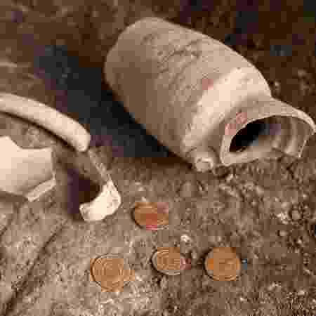 09.nov.2020 - Quatro moedas de ouro puro foram encontradas na Cidade Velha de Jerusalém - MENAHEM KAHANA/AFP - MENAHEM KAHANA/AFP