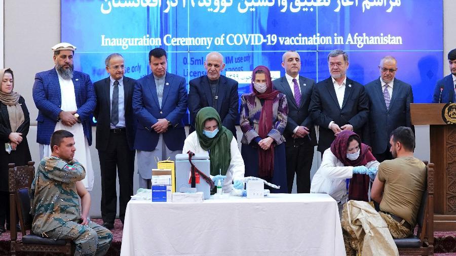 23.fev.2021 - Profissional de segurança é vacinado contra covid-19 no Afeganistão  - AFP/Assessoria de Imprensa da Presidência do Afeganistão