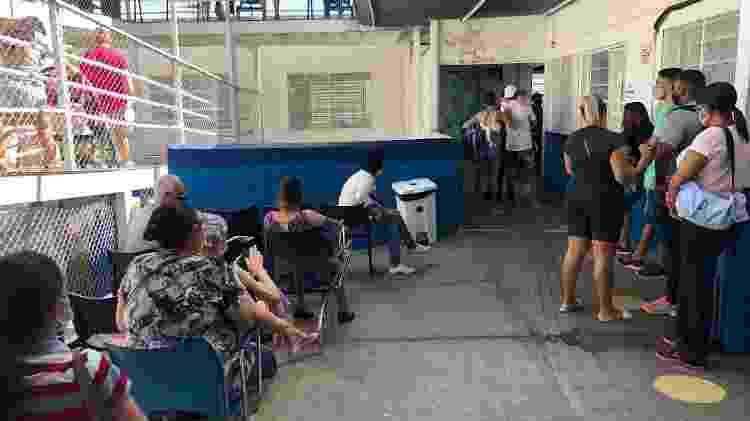 Fila na AMA Jardim Peri, na zona norte de São Paulo, com pacientes com suspeita de covid - Lucas Borges Teixeira/UOL - Lucas Borges Teixeira/UOL