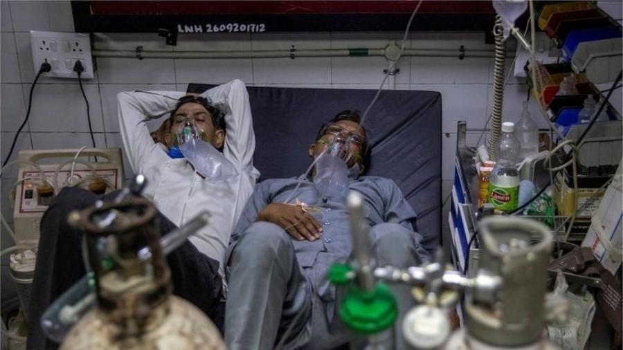 Os hospitais estão lotados de pacientes, às vezes com dois por leito - Reuters