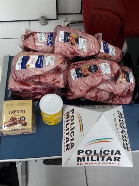 Carne e chocolate roubados de supermercado em Poços de Caldas (MG) - Divulgação/PMMG