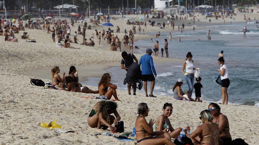 02.mai.21 - Movimentação na praia do Leblon, Zona Sul do Rio de Janeiro - LUCIANO BELFORD/ESTADÃO CONTEÚDO