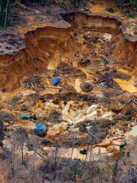 Cratera aberta pelo garimpo na região do rio Uraricoera, dentro da Terra Indígena Yanomami - Divulgação/ISA