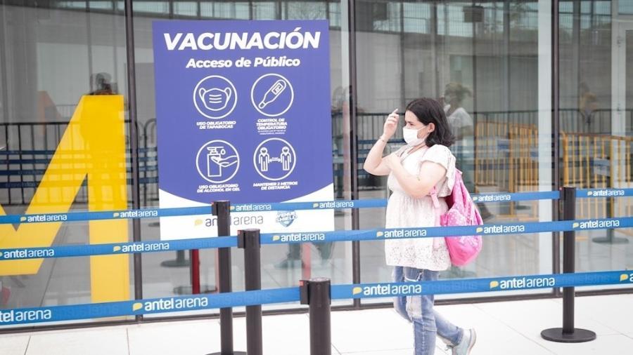 Mulher se dirige a um dos locais de vacinação contra o coronavírus em Montevidéu, no Uruguai - EFE/Federico Anfitti/Archivo