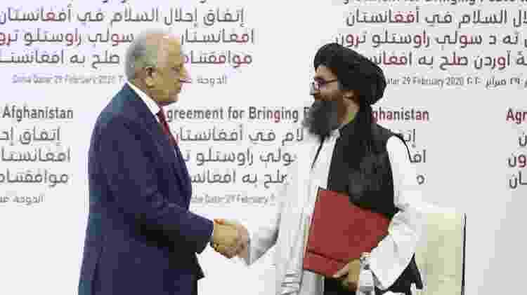 O enviado dos EUA, Zalmay Khalilzad e o líder talibã, Mullah Abdul Ghani Baradar, na assinatura do Acordo de Doha - Getty Images - Getty Images