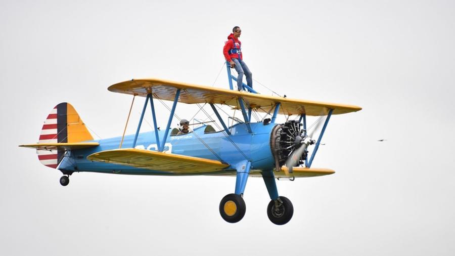 """Peter McCleave disse que """"não se sentia tão vivo há anos"""" após realizar o """"wing-walk"""", uma modalidade onde a pessoa pode passear e ou se mover sobre as asas de um avião em pleno voo - Reprodução/Sky News"""