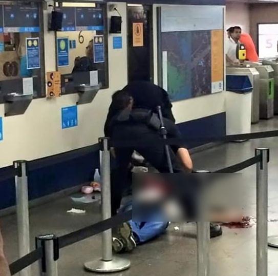 10.jul.2015 - Um homem morreu baleado dentro da estação de metrô Uruguaiana, no centro do Rio de Janeiro, de acordo com informações do 5º Batalhão de Polícia Militar. A princípio, segundo testemunhas, o passageiro teria sido vítima de latrocínio. O criminoso fugiu do local
