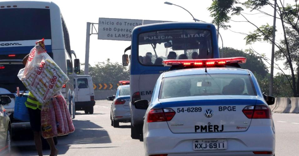 31.jul.2015 - Polícia reforça contingente na Linha Vermelha após arrastão na Linha Vermelha, na altura do Complexo da Maré arrastão