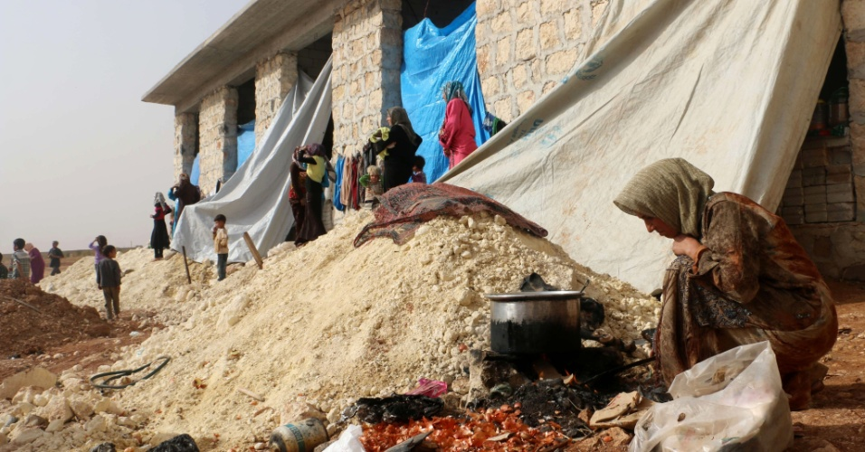 Sírios vivendo nas ruínas de Aleppo